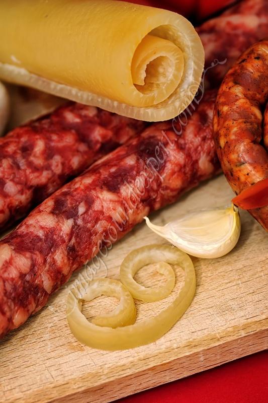 Preparate traditionale romanesti / Traditional romanian food / Rumänischen traditionellen produkten / produits traditionnels roumains sorici, caltabos, sunca, carnati, muraturi / rind, black pudding, bacon, sausages, pickles / rinde, blutwurst, speck, würstchen, gurken / croute, boudin noir, bacon, saucisses, conserves au vinaigre