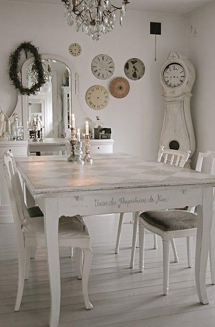 Chabby chic living room A égayer de quelques couleurs, mais la base blanche et les meubles patinés blancs sont beaux.