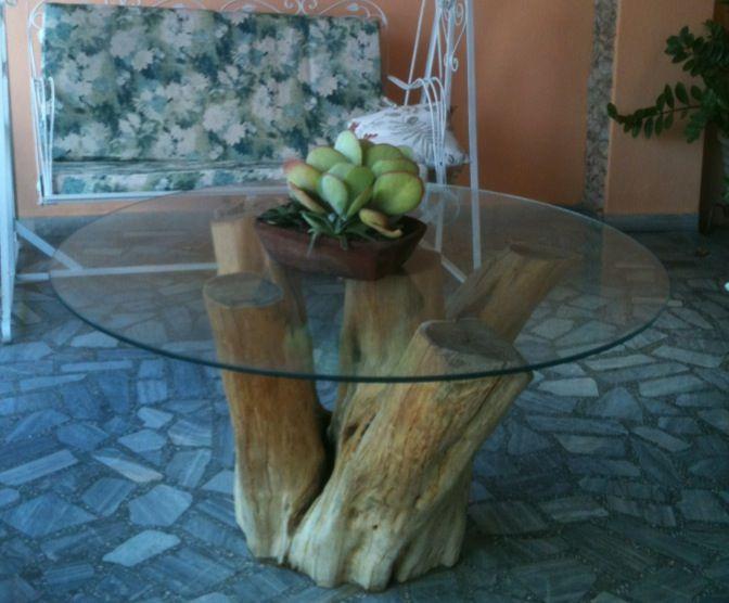 Mesa composta por tronco de árvore com tampo de vidro. Ficou perfeita.