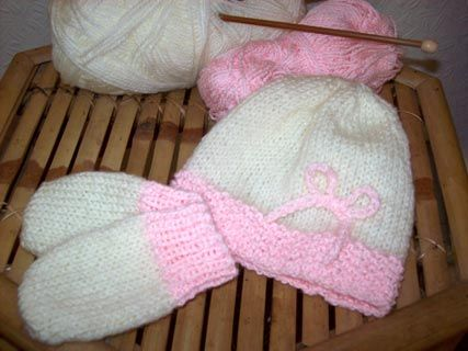 Easy New Born Hat And Mittens Knitting Pattern    Designed by Julie Cartwright
