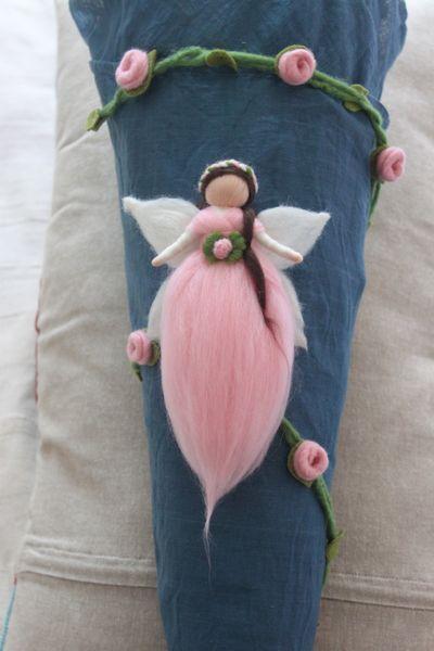 """Elfe """"Rosa"""" mit Röschengirlande für die Schultüte von Jalda auf www.Dawanda.com/Shop/Jalda-Filz #DIY #Schultüte #Einschulung #Mädchen #Röschen #Elfe"""