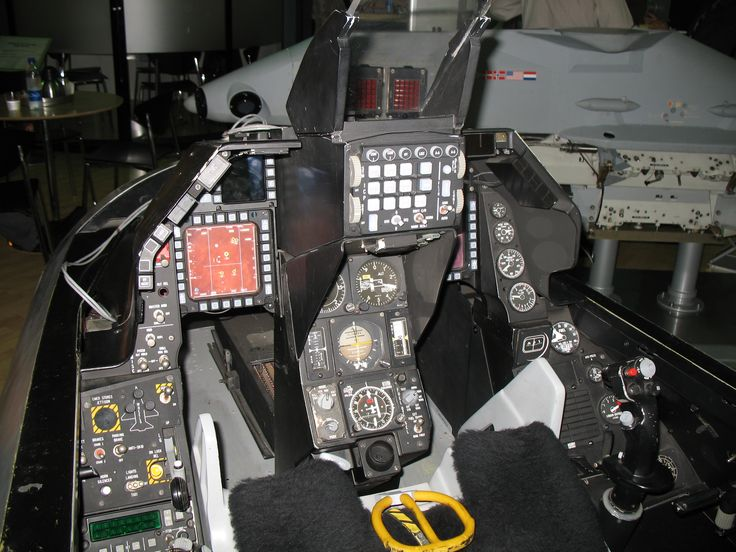 F16_Cockpit,_Asian_Aerospace_2006.JPG (3072×2304)