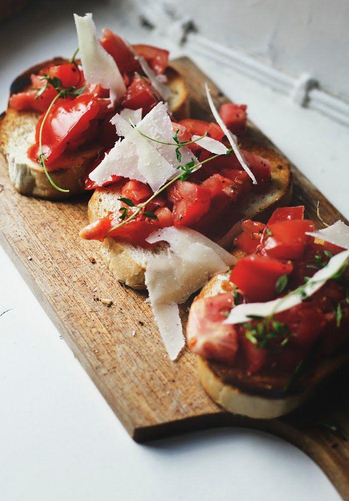 Tomaten und Pecorino auf dem Holzbrett