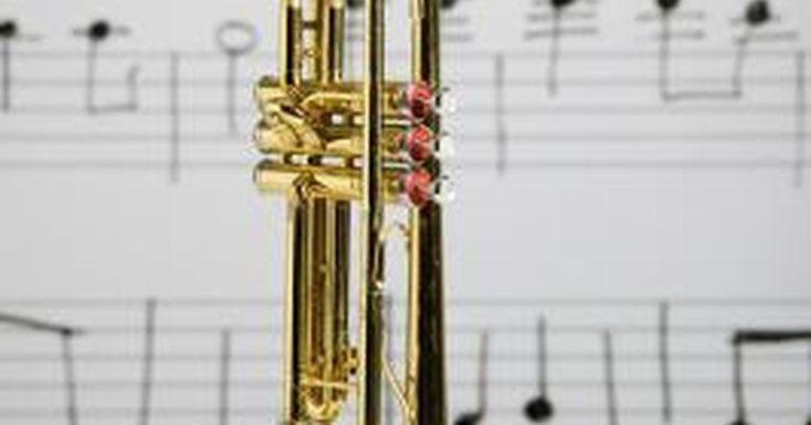 Cómo hacer un sonido de trompeta con tu boca. Las personas comúnmente imitan los sonidos de máquinas con la boca, pero algunos hacen que reproducir los sonidos de instrumentos musicales sea un talento. Las personas que juegan con sonidos de la boca generalmente están inspirados a imitar la trompeta. Algunos hacen sonidos de trompeta sólo para entretenerse, pero otros lo practican para tocar ...