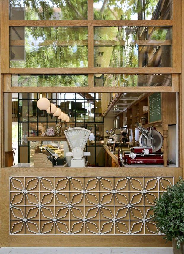Restaurante grego La Maison du Grec em Atenas com fachada de madeira e vidro