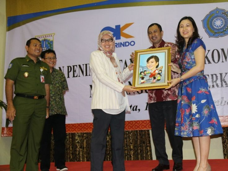 Wakil Wali Kota Jakpus, Arifin memberikan modul pelatihan PAUD