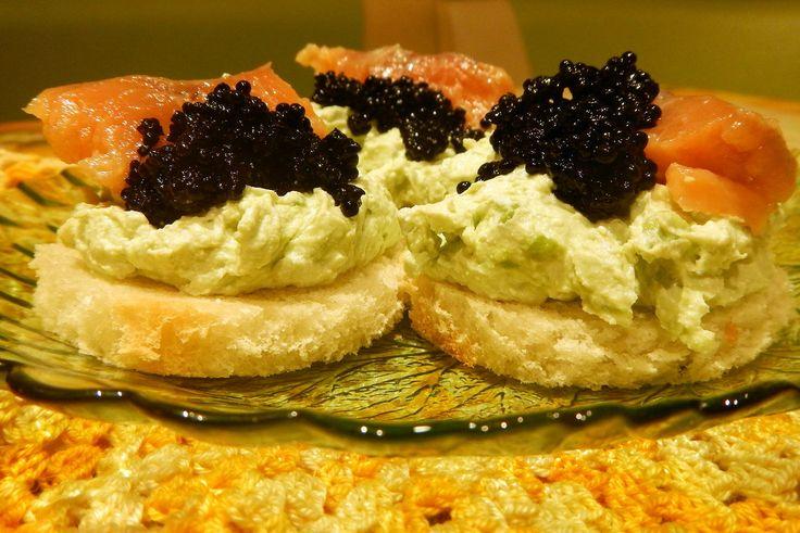 Бутерброды банкетные с кремом из авокадо, лососем и черной икрой