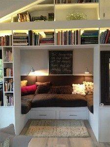 el desvan,    el sofa de cafe, y el estante de blanco, y la lampara de azul.