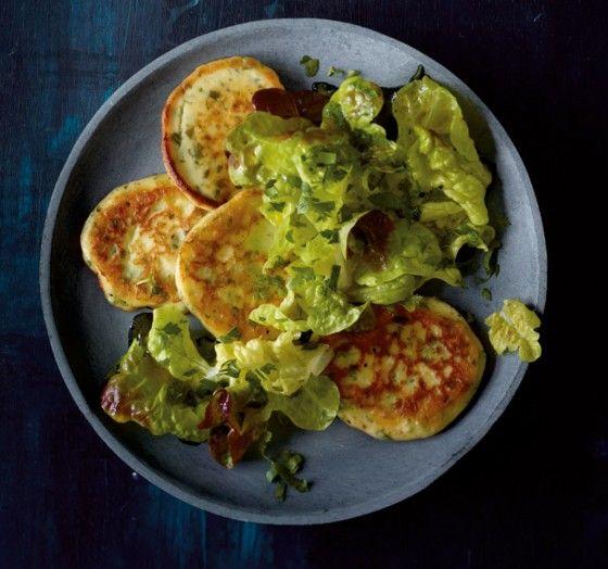 Ricotta-Küchlein///Diese Goldstücke gehen weg wie nichts. Mit Kräutern im Teig und Salat als Beilage.