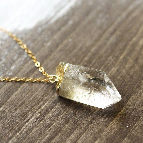 Ein 14k handversilberter Kristallquarz hängt an einer 70 cm langen 14k goldfilled Kette, deren Verschluss wahlweise ein kleines 14k vergoldetes Bla...