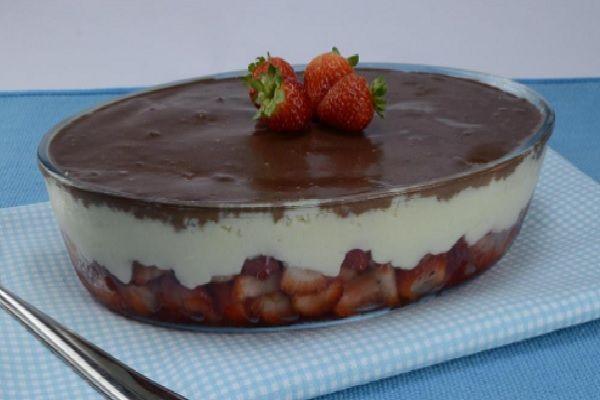A Sobremesa de Beijinho com Morango é uma combinação deliciosa de creme branco, beijinho, morango e ganache. Confira a receita!