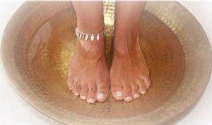 Teebaumöl bäder helfen bei Nagel- oder Fußpilz.