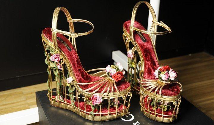 Yunan nostaljik baskıları, renkleri ve mimari yapı özelliklerini barındıran  Dolce & Gabbana tasarım ayakkabılar