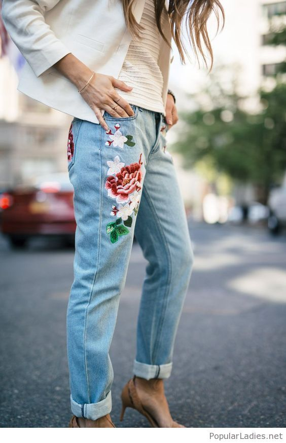 jeans-with-flowers-nude-top-and-whie-blazer (Diy Ropa Jeans)