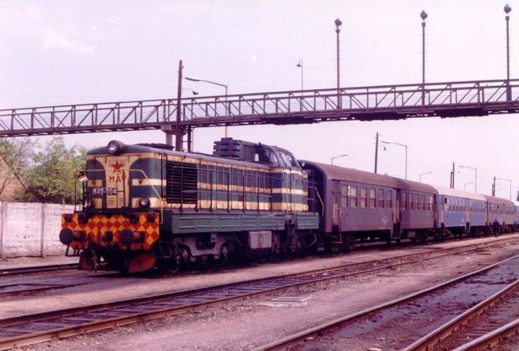 M40 004-es a székesfehérvári tárolón személyvonat szerelvényével útra készen (fotó: Iván Zoltán gyűjteménye)