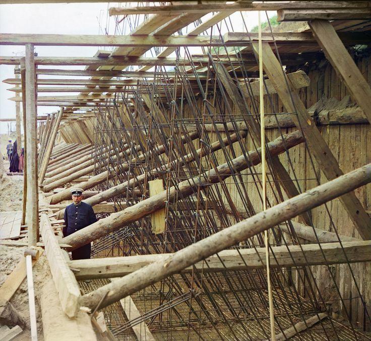 Плетение железо-бетонной арматуры для стенок шлюза, у села Белоомут, 1912 г.