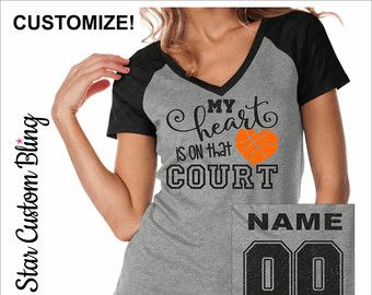 Mi corazón está en esa camiseta baloncesto cancha con nombre en la espalda, baloncesto mamá Bling camisetas, camiseta personalizada de voleibol, baloncesto mamá Tee
