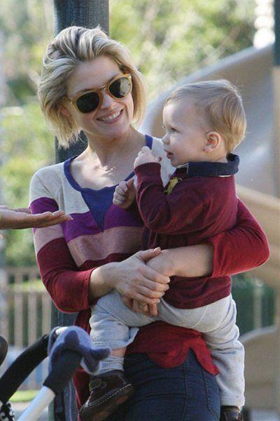 息子とのファッションもうまく合わせたハイセンスな女優アリ・ラーター。
