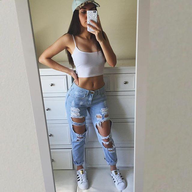 Top branco + calça jeans rasgada