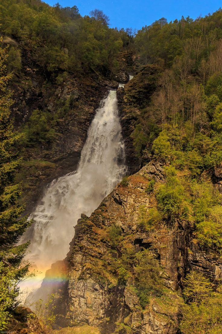 Regnbue ved et mindre vandfald.