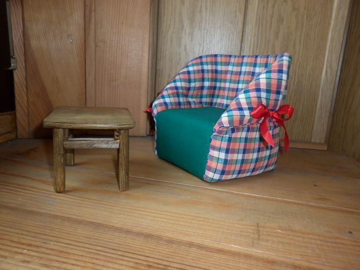 Мебель для кукол - журнальный столик и мягкое креслице. Mobile per le bambole - tavolino da caffè e poltroncina imbottita.