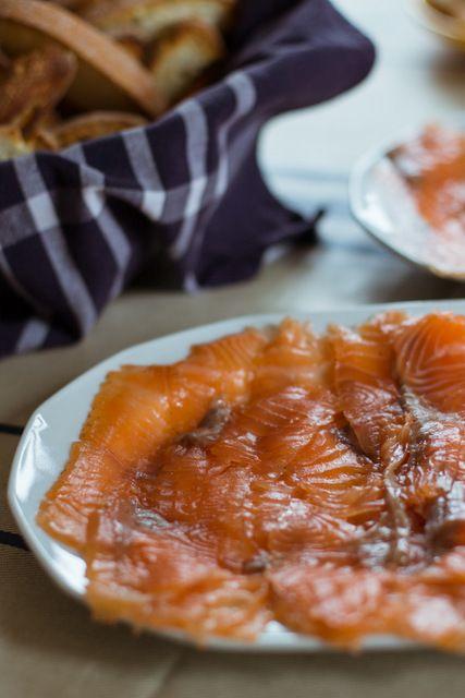 Salmon Marinado   Ingredientes: 2 lomos de salmón con piel y sin espinas (1 kg aprox) 30 gr de sal gorda 30 gr de azúcar 10 gr de pimienta en grano Ramas de eneldo fresco (no vale el seco)