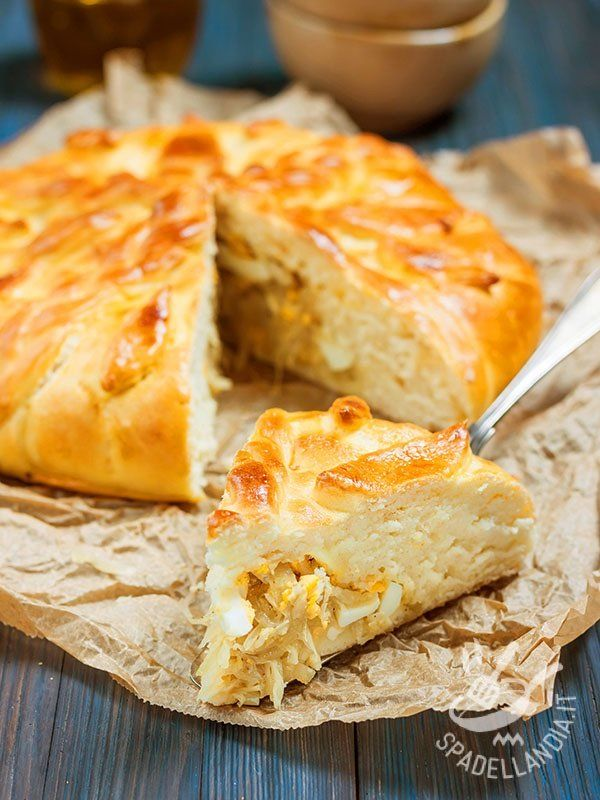 Savory stew of cabbage and egg pie - Il nome originario della Torta salata di cavolo stufato e uova è coulibiac, o koulibiak. È una tipica, e gustosa, torta russa con vari ripieni salati. #tortasalatacavolo #tortasalatauova