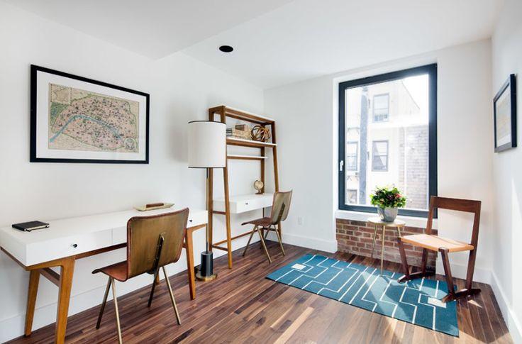533 Leonard 2 Bedroom  Bunga yang diletakkan di pot di atas kursi tampak begitu cute! Ini membawa suasana menyegarkan di ruang kerja, terutama yang letaknya dekat jendela.  #interiordesign #interirkantor #desainkantor #kantor