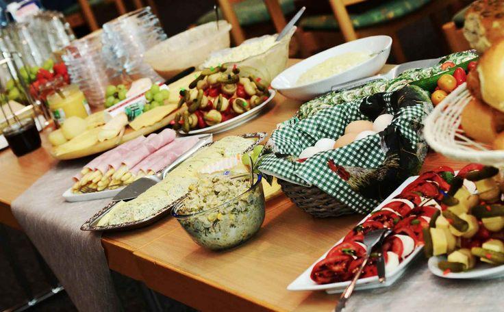 Warum leben die Menschen in den mediterranen Ländern gesünder und länger?  Seit Jahrzehnten behaupten die Ernährungsexperten, dass die Ernährung in den mediterranen Ländern für eine geringe Rate an Herzkrankheiten sorgt. Die mediterrane Ernährung mit viel Olivenöl, Fisch, Nüssen und frischen Produkten gilt als sehr gesund. Ist es nur die mediterrane Ernährung?