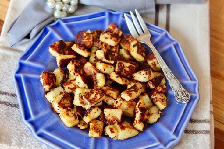 Estes cubinhos de queijo coalho dourados combinam com tudo! Ficam deliciosos como entrada, com palitos e servido com geleia de pimenta ou mel.