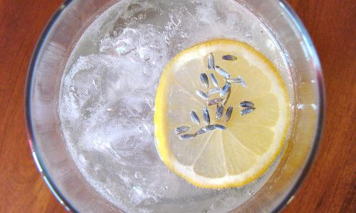 Oggi vi proponiamo la ricetta della limonata alla lavanda, una bevanda ideale per curare insonnia, ansia e depressione, ma utilissima anche contro tosse e raffreddore. Delle proprietà del limone ne avevamo già parlato in un altro articolo, oggi vi parliamo di quelle della lavanda: da questa pianta si ricava un olio essenziale utile in caso [...]
