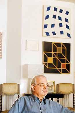 """O poeta Augusto de Campos, em sua casa, em São Paulo: """"O pé-quebrado é a regra até em traduções eruditas"""" (Foto:"""