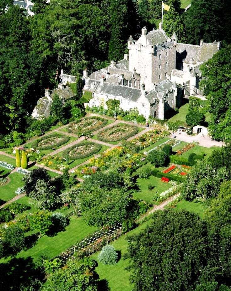 Cawdor Castle I love this arial view of Cawdor castle. Not a viewpoint we have usually but still an easy place to visit from Fraoch Lodge along with Culloden Moor and Clava Cairns - what a fun packed day.