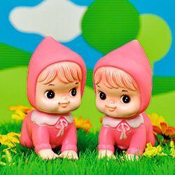 Retro popjes wenskaart tweeling meisjes. Twee pieppopjes tweeling meisjes in grasveld. Dubbele wenskaart 15 x 15 cm met envelop.  Nostalgische foto van retro popjes. Kleurrijke plaatjes om blij van te worden!