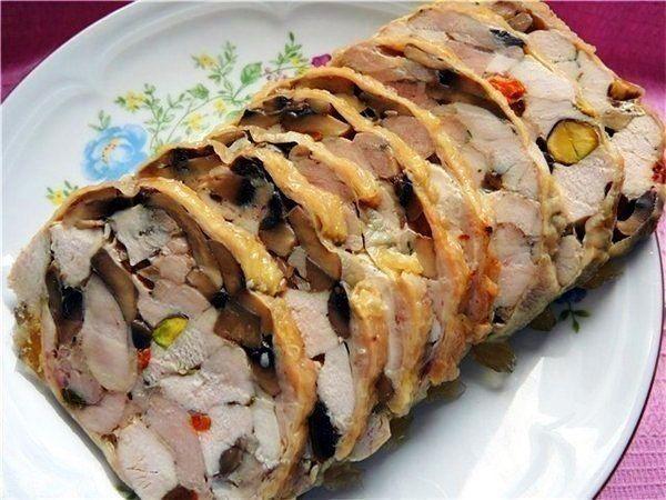 Куриный рулет «Праздничный» Ингредиенты: - курица, - грибы обжаренные, - фисташки, - приправы - соотношение по вкусу.