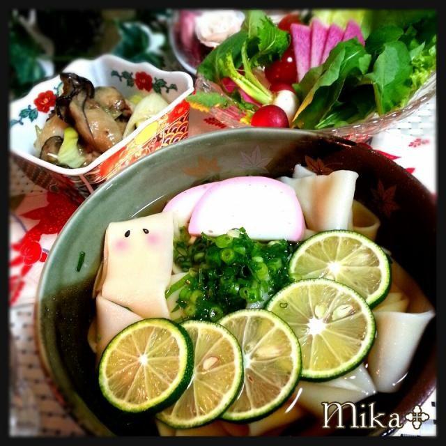 おりぃちゃんから頂いた桐生のひもかわ幅広麺をシンプルに鰹だしでつゆを作りました ゆーちんが柑橘系が合うよ~と言っていたのでたっぷりのすだちを入れました。本当にすごく合うね~!!凄くさっぱりしていて幾らでも食べれちゃいますゆーちんありがとうね~(≧▽≦) おりぃちゃんのひもかわも初めて食べたけどやみつきですお取り寄せしちゃうありがとう! りるのんちゃんの牡蠣のゴマ油漬けを九条葱と日本酒でさっと炒めました。りるのんちゃんもありがとう♡ - 285件のもぐもぐ - おりぃちゃんのひもかわでゆ〜ちんの酢橘うどんりるのんちゃんの牡蠣のゴマ油漬け(•ˆ-ˆ•)ノ by echo1188