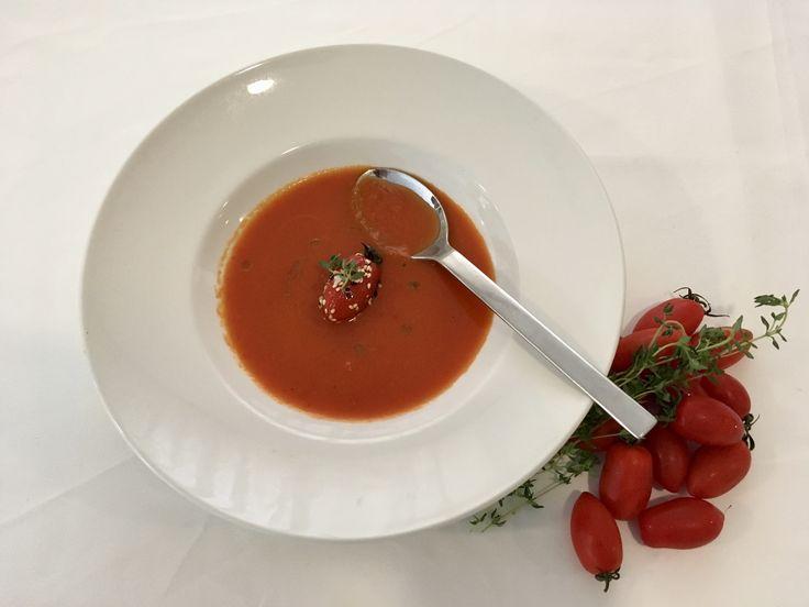 Συνταγή για μια πικάντικη ντοματόσουπα, ιδανική για ορεκτικό ή για ένα ελαφρύ γεύμα, μας δίνει ο σεφ Κώστας Κωβαίος, όσο ακόμα βρίσκουμε ώριμες ντομάτες στην αγορά.