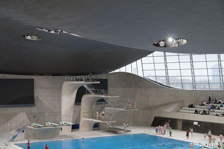 Olympia-Schwimmzentrum in London nach Rückbau der Zusatztribünen, Schwimmhalle mit Sprungturm, gewölbtes Dach