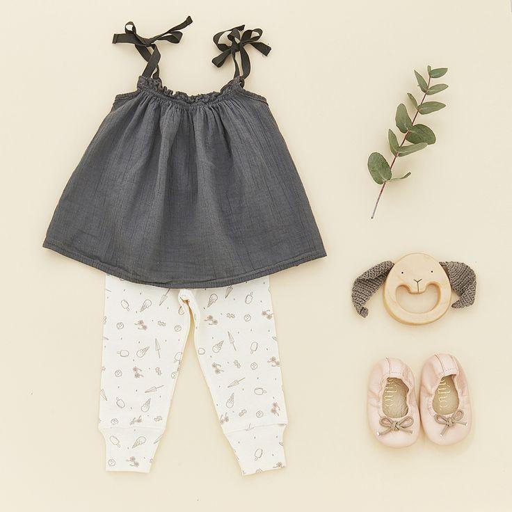 Look • Top à bretelles uni My little cozmo • Legging imprimé glaces Poudre organic • Ballerines cuir à nœuds Bùho • Hochet bois lapin Mielasiela  #look #baby #naissance #mode #enfant #poudreorganic #mielasiela #buho #mylittlecozmo