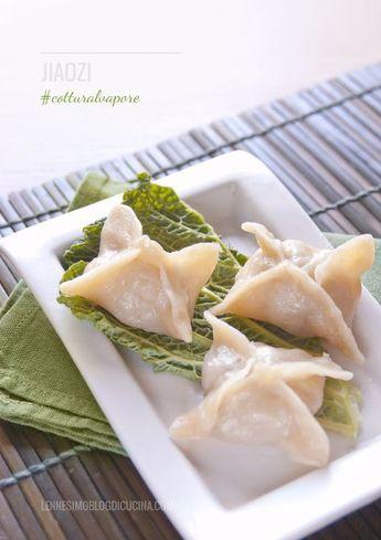 I ravioli al vapore cinesi sono ripieni di verdura, carne e/o gamberi, cotti al vapore nei tipici cestelli di bambù e serviti con salsa di soia.