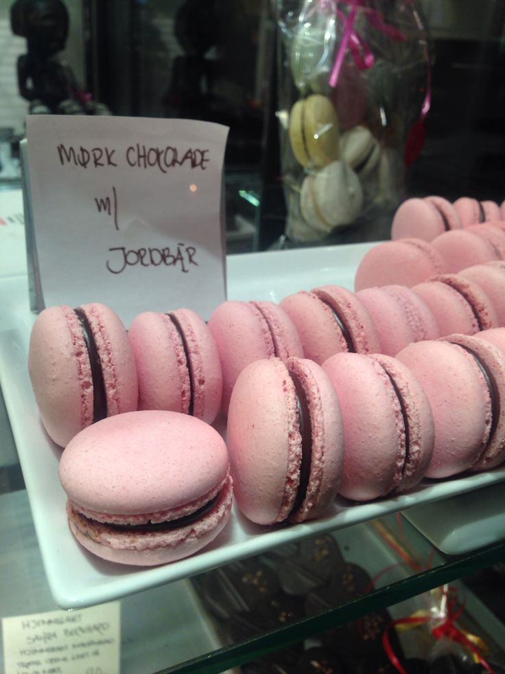 Macarons med mørk chokolade og jordbær fra Odense Chokoladehus