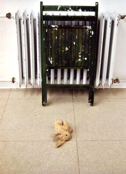 Schöne Ferien oder An der Mülltonne, 2008, Material: Holz, Plüsch;  2 Teile, Maße: ca. 100 cm x 40 cm x 40 cm  http://www.gabriella-fekete.de/objekt.html