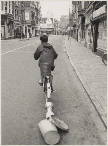 Luilak. Lawaai makende jongen in de Grote Houtstraat, ziende naar het noorden. 1964