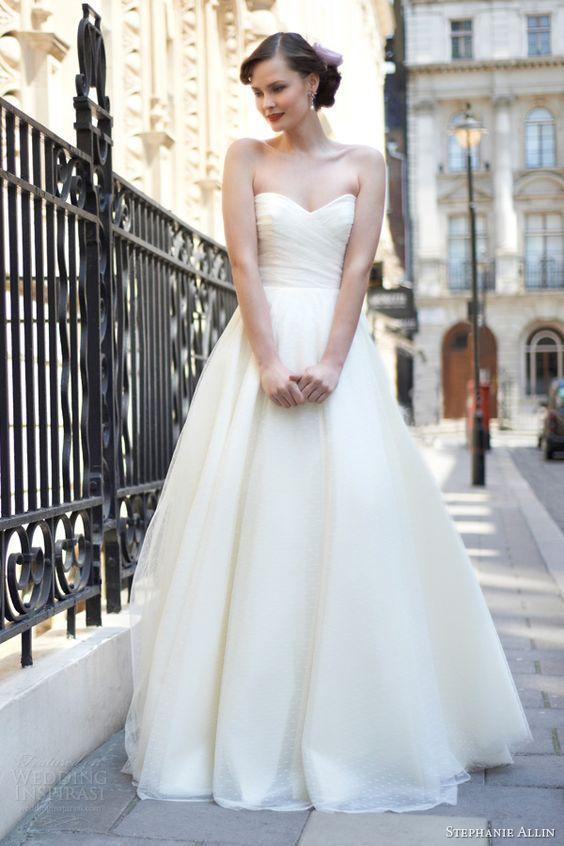 白のAラインの花嫁衣装、ウェディングドレスのまとめ一覧です♡