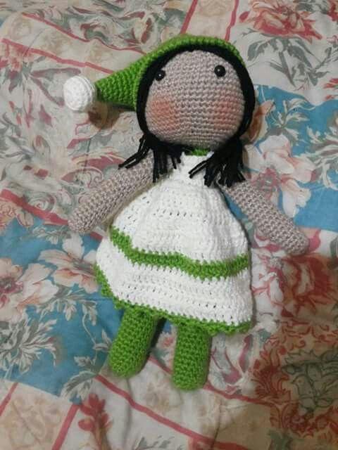 Muñeca de gorro verde.