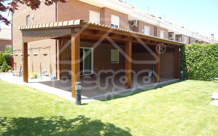 Porche de madera con teja tradicional decoracion for Decoracion de terrazas de madera