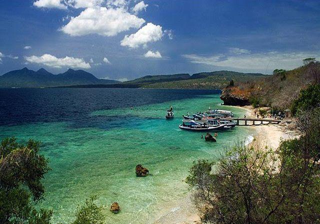世界有数のリゾート地・バリ島などたくさんの観光スポットがある「インドネシア」。 一度訪れたらその魅力にはまるリピーターも多い国なんですよ♪ 今回は「インドネシア」旅行のおすすめ観光スポットをご紹介していきます。