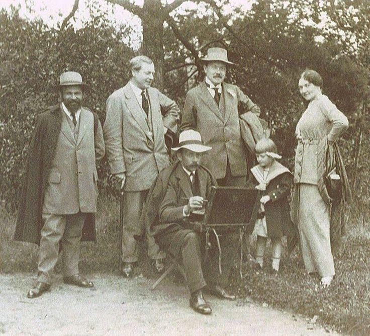 Der tschechische Maler Jan Honsa (1876- 1937); stehend von links nach rechts: Richard Lauda, T. F. Šimon, Hugo Boettinger, Eva Šimonova und Vilma Šimonova.