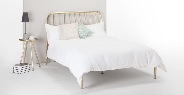 Voll on Trend: das extragroße Doppelbett Alana mit glänzendem Messingfinish von MADE.