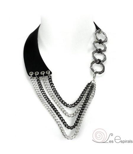 """""""Collar Babero Indy-Leather Silver Black"""" realizado en piel negra, anillas de metal y cadenas color plata y gun metal (negro). Diseño versátil, varias posiciones.  www.lesespirals.com"""